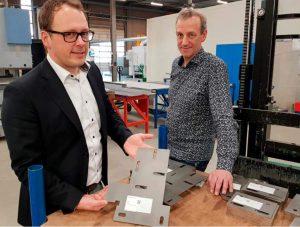 Ronald Potter van WiCAM Benelux (links) en hoofd productie Aart van Ginkel van liftenproducent Mitsubishi Electric. WiCAM heeft een systeem opgezet waarbij stickers met QR-codes een belangrijke rol spelen. De software genereert uit 3D CAD-modellen automatisch plaatuitslagen, die eveneens automatisch worden genest.